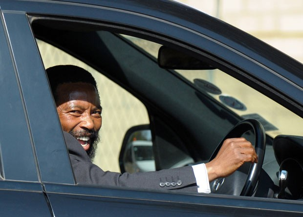 O rei Buyelekhaya chega ao hospital para visitar Mandela na terça-feira (9) (Foto: AFP)