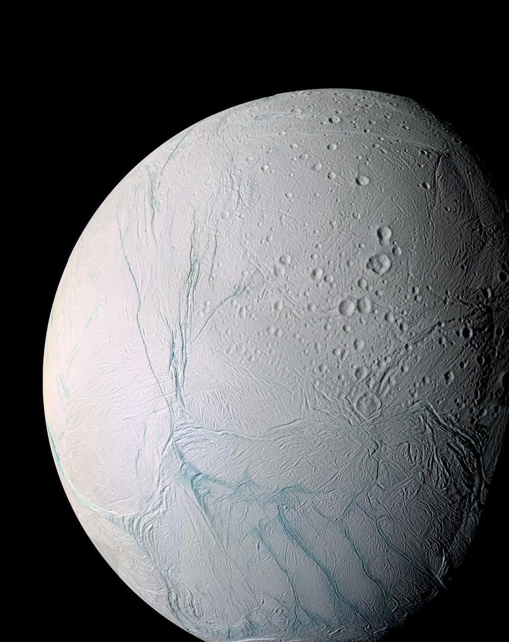 Sexta maior lua de Saturno, Encélado tem pouco mais de 500 km de diâmetro (Foto: NASA)