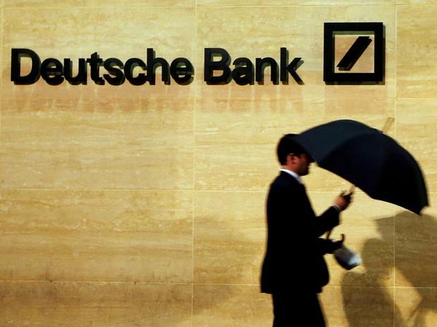 Um homem caminha em frente à sede do Deutsche Bank em Londres, em dezembro de 2013 (Foto: Reuters/Luke MacGregor)