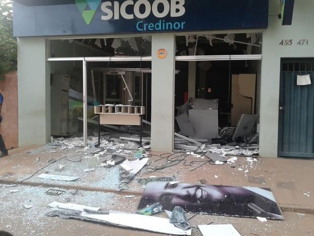 Estrutura do banco ficou danificada após explosão (Foto: Tiago Martins)