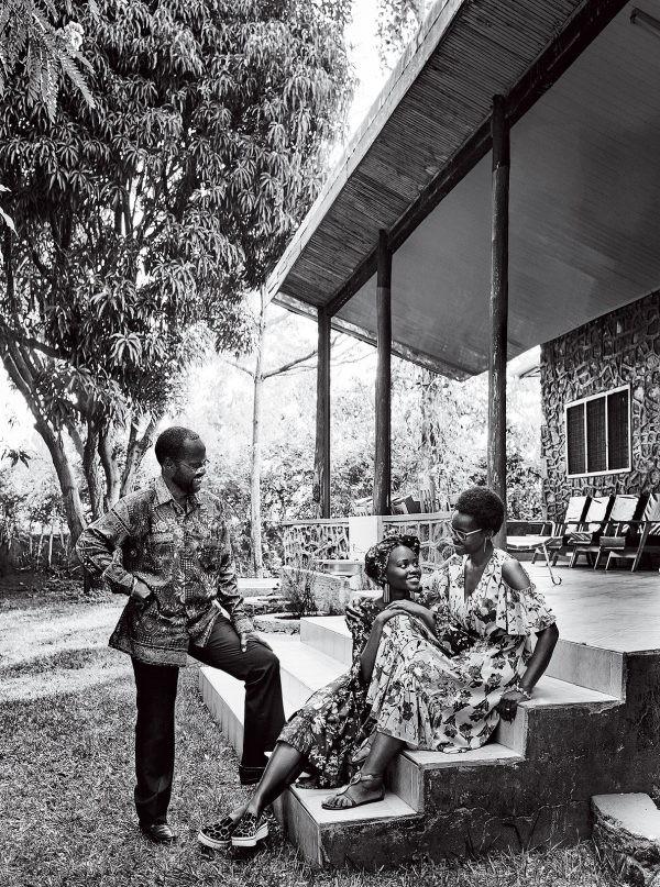 Lupita Nyong'o com seus pais (Foto: Reprodução/Vogue)
