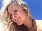 De biquíni, Claudia Leitte aproveita o sol em Salvador