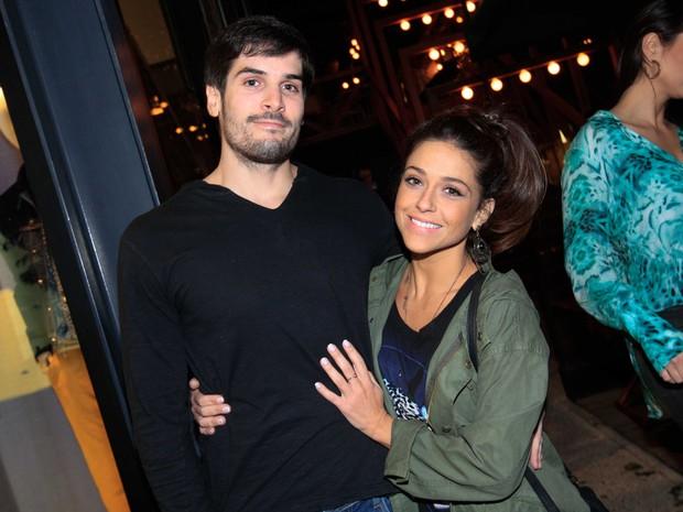 Priscila Sol e namorado em restaurante em São Paulo (Foto: Leo Franco/ Ag. News)