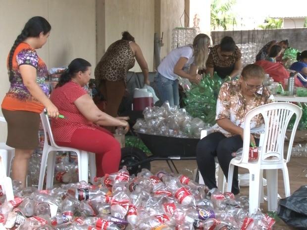Os trabalhos estão acelerados para que o Natal de Luz fique pronto essa semana em Cacoal. (Foto: Magda Oliveira/G1)