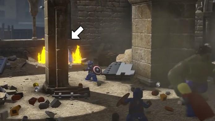 Bem escondida, a última participação de Stan Lee em LEGO Avengers é atrás desta coluna. Excelsior! (Foto: Reprodução/Rafael Monteiro)