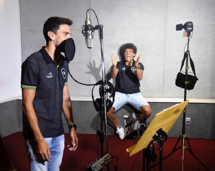 Pimpão e Camilo se divertem em gravação com MC G15 (Foto: André Durão)