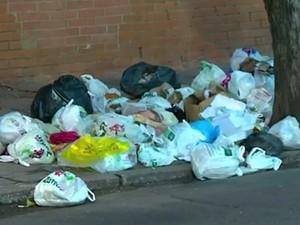 Ruas de Porto Alegre amanheceram com lixo acumulado (Foto: Reprodução/RBS TV)