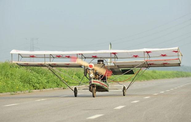 Ding Shilu, de 65 anos, falhou na tentativa de levantar voo com um avião caseiro (Foto: Sheng Li/Reuters)