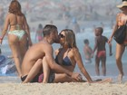 Rodrigo Hilbert surfa e Fernanda Lima brinca com os filhos em praia