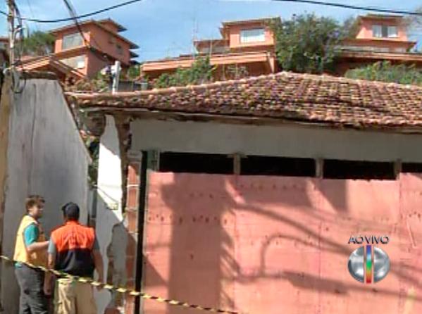Técnicos da Defesa Civil analisam a estrutura das construções (Foto: Reprodução / Inter TV)
