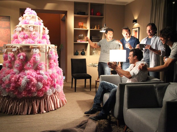 O que será que tem dentro do bolo gigante?  (Foto: Carol Caminha/TV Globo)