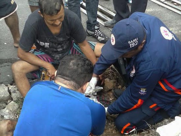Samu prestou os primeiros socorros e vítima foi levada ao HUT (Foto: Raimundo Lima/TV Clube)