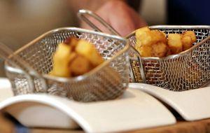 Batata rústica é frita com casca e temperada com sal de ervas
