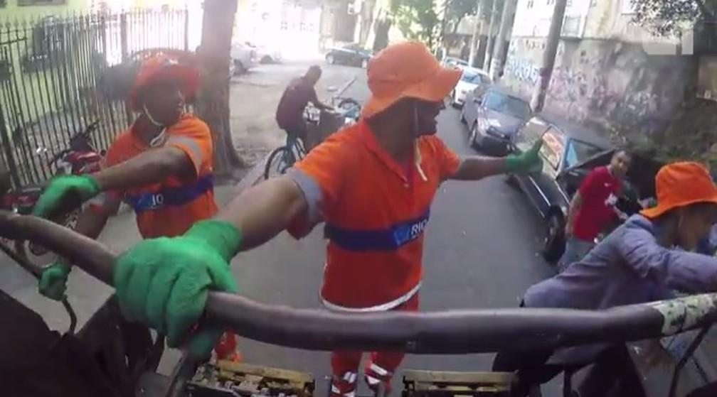 Garis contam que pessoas nas ruas cumprimentam e ajudam a logar o lixo no caminhão (Foto: G1 Rio)