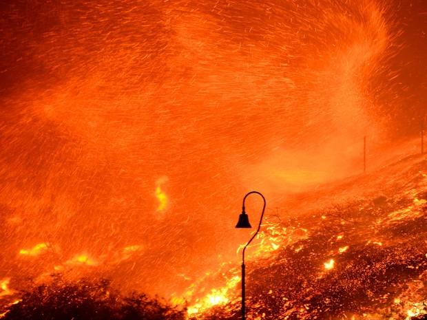 Fortes ventos espalham labaredas em incêndio no condado de Ventura, na Califórnia, no sábado (26) (Foto: Reuters/Gene Blevins )