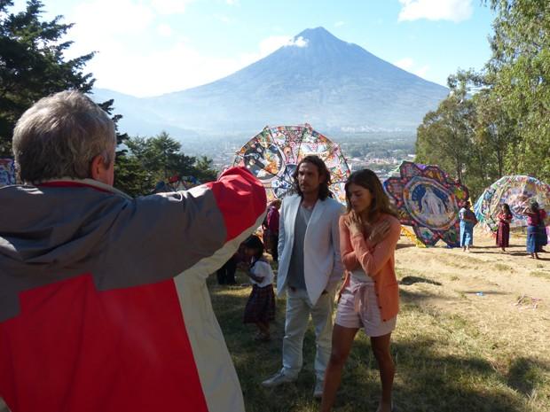 O diretor em ação com Grazi Massafera e igor Rickli na Guatemala (Foto: Flor do Caribe/ TV Globo)