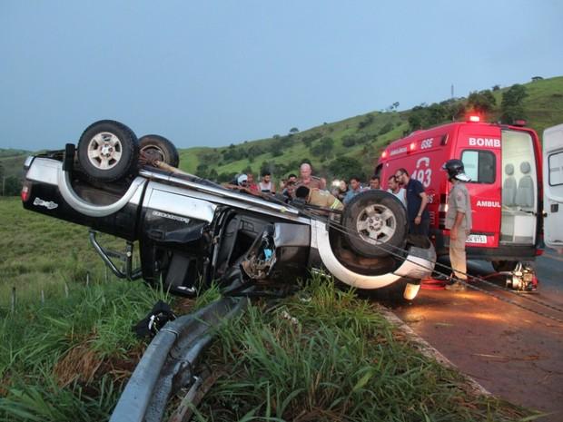 Lataria do carro precisou ser cortada para o resgaste das vítimas (Foto: Gilmar Sana/Natividade FM)