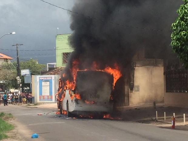 Incêndio em ônibus na Avenida Magalhães Barata, em Santarém (Foto: Rayza Sousa)