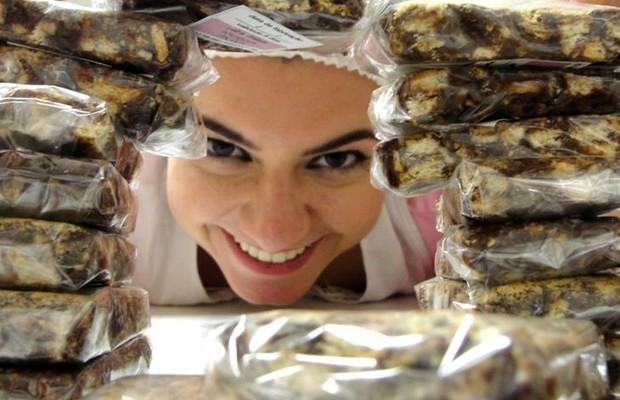 Iara entre as palhas italianas, os doces mais vendidos na \'Janela\' (Foto: Reprodução/Facebook)