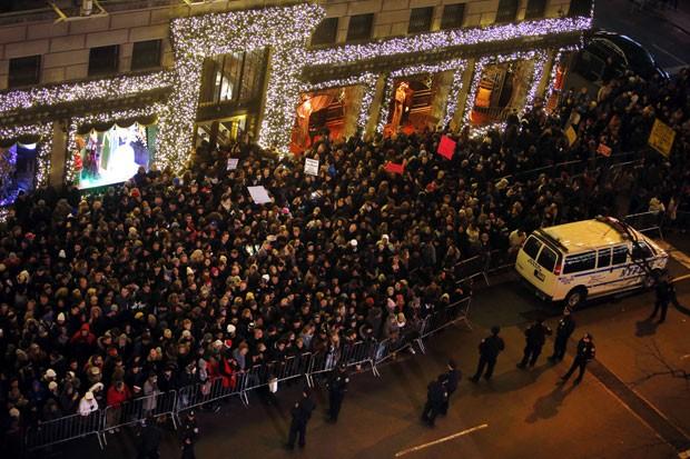 Manifestantes se concentram em frente ao Rockefeller Center, em Nova York, em protesto contra a decisão da justiça de não indiciar o policial responsável pela morte de Eric Garner na noite desta quata-feira (3) (Foto: Jason DeCrow/AP)
