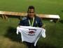 Medalhista de ouro na Rio 2016 posa com camisa do Pinda Rugby