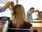Aprenda a dar um ar despojado ao cabelo solto médio