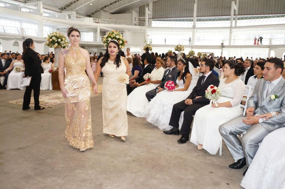 Pâmela e Sandra firmaram união em casamento coletivo (Foto: Prefeitura de Itajaí/Divulgação)