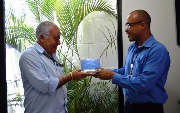 Troféu foi em agradecimento pela contribuição (Foto: Bruna Cássia/Rede Amazônica)