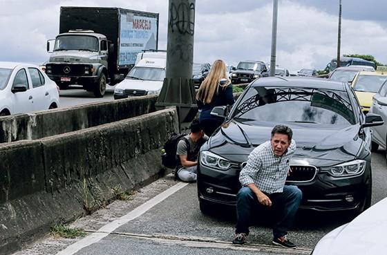 EM FUGA Motoristas abandonaram carros com medo do tiroteio na Linha Amarela, um dos principais acessos do Rio (Foto: Antônio Scorza)