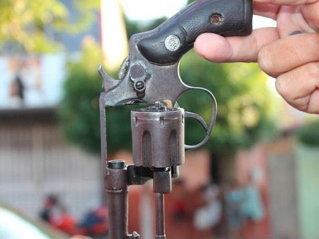 Revólver calibre 32, sem munição, foi encontrado com o adolescente morto em Mossoró (Foto: Marcelino Neto)