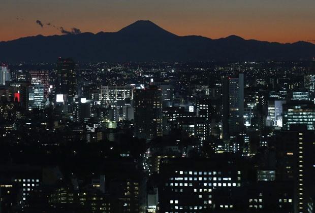 A silhueta do Monte Fuji é vista desde Tóquio (Foto: Toru Hanai/Reuters)