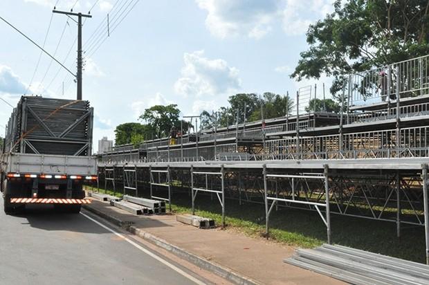 Avenida de Araçatuba fica interditada para montagem da estrutura de arquibancadas  (Foto: Divulgação / Prefeitura)