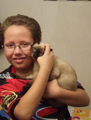 Francisco decidiu batizar o seu mascote, um gatinho, com o nome de Pantera, goleiro e idolo da Raposa (Foto: Silas Batista / Globoesporte.com/pb)