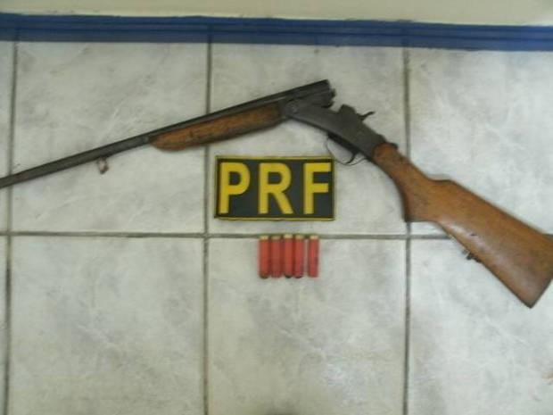 A espingarda calibre 28 foi encontrada com Pedro Alves, junto com outras cinco munições de mesmo calibre intactas (Foto: Divulgação)