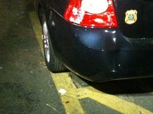 Carro que levava Cachoeira bateu em outro veículo da corporação na saída do prédio (Foto: Humberta Carvalho/G1)