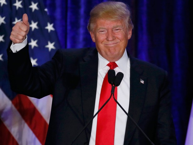 Donald Trump faz um gesto positivo para seus eleitores após a divulgação do resultado do cáucus republicano em Iowa, na noite de segunda (1º) (Foto: Reuters/Jim Bourg)