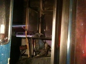 Ônibus ficou parcialmente queimado (Foto: Eduardo Fernandes/CBN Diário)