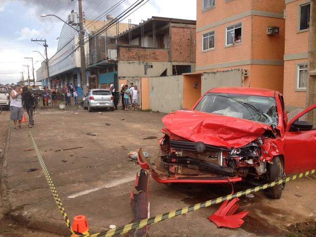 Acidente entre dois carros deixa uma vítima fatal e quatro pessoas feridas, em Porto Velho (Foto: Gaia Quiquiô/G1)