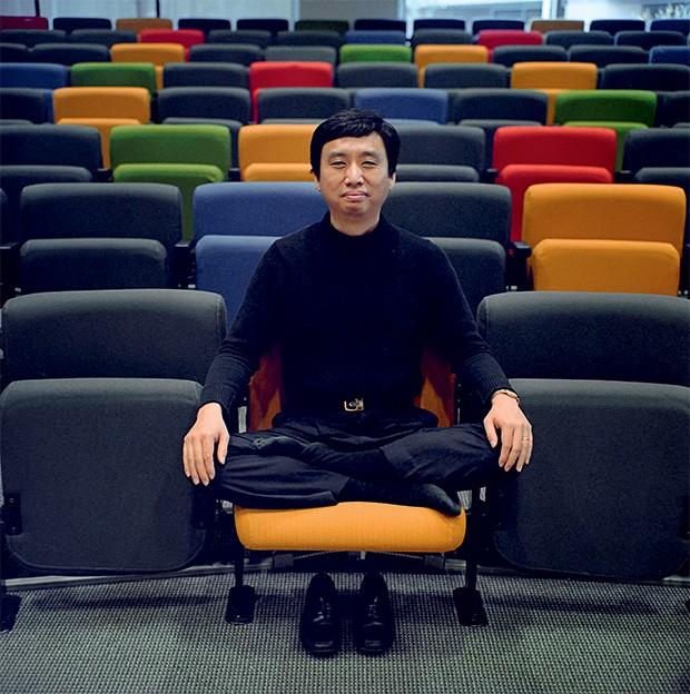 BUSCA INTERNA O guru do Google, Chade-Meng Tan,  na empresa,  na Califórnia.  Seu curso ensina  o funcionário  a conectar-se com si mesmo (Foto: Peter DaSilva/The New York Times)