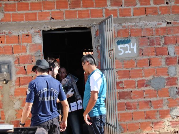 Agentes fizeram uma perícia na casa da idosa (Foto: Ellyo Teixeira/G1)