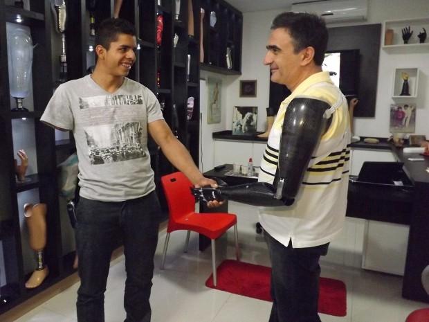 David trocou experiências com paciente que foi buscar uma prótese (Foto: Luana Eid / G1)