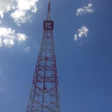 Antena para captação do sinal na TV Grande Rio (Foto: Gabriela Canário)
