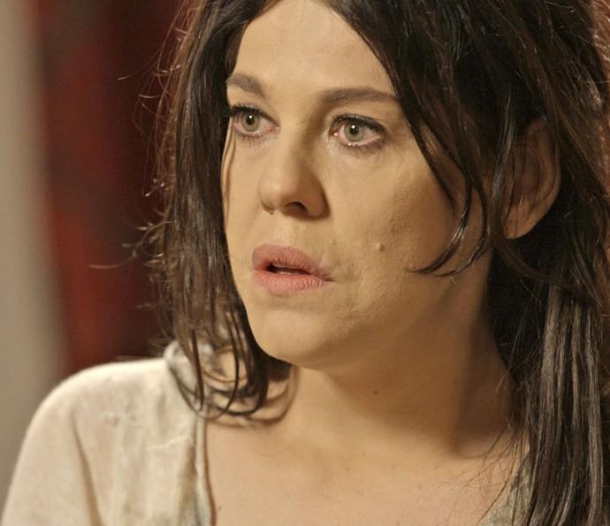 Nelita fica chocada com gravação que Lara fez (Foto: TV Globo)
