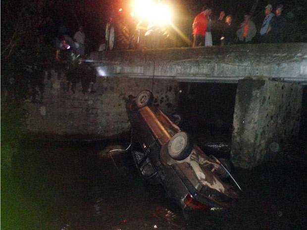 Moradores usam trator para retirar carro do rio (Foto: Fabricio Ceolin/Bombeiros Voluntários de Sobradinho, divulgação)