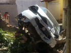 Carro desgovernado invade casa em Cachoeira Paulista, SP