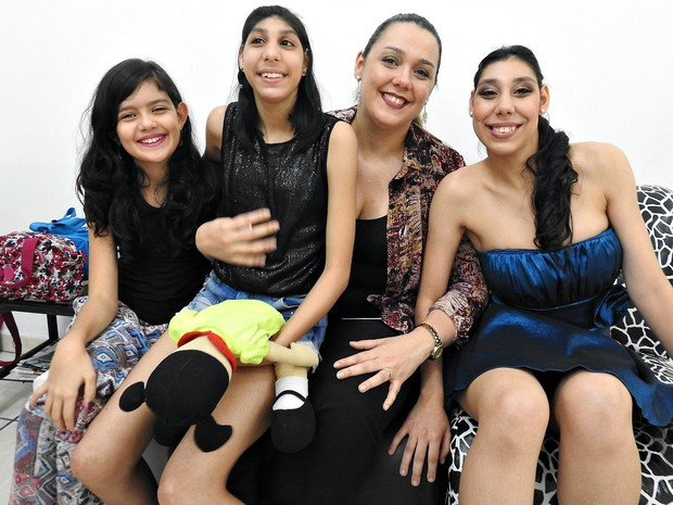 Viviane e as filhas Júlia, Maria Luiza e Ana Victória (Foto: Indiara Bessa/G1 AM)