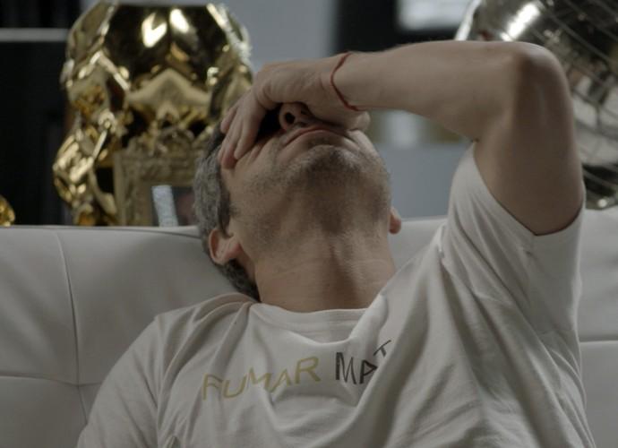 Romero se desespera ao saber que Tóia corre risco (Foto: TV Globo)