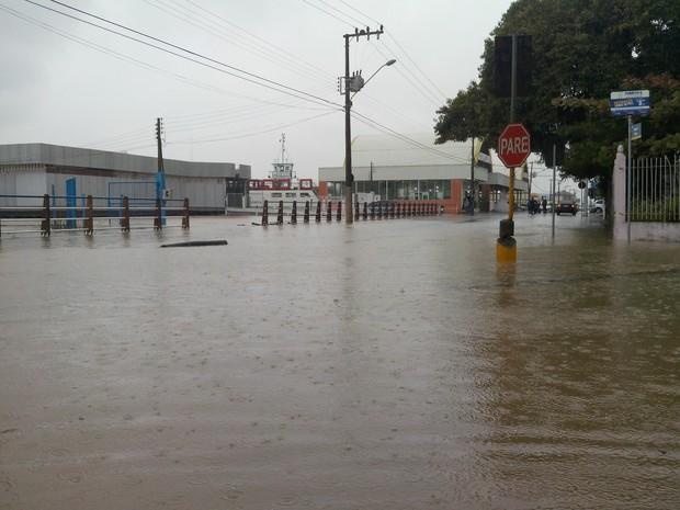 Centro de Itajai fica alagado por causa de maré alta (Foto: Luiz Carlos de Souza/RBS TV)