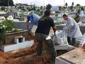 Restos mortais estão sendo enterrados no cemitério público do Bom Pastor, na zona Oeste de Natal (Foto: Divulgação/Itep-RN)