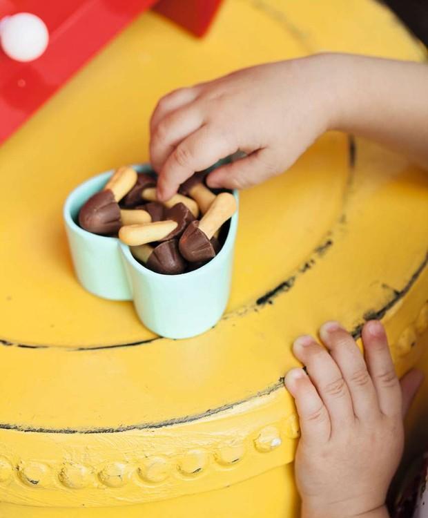 Nada como ter pais banqueteiros! Cogumelos de biscoito e chocolate (Foto: Elisa Correa)